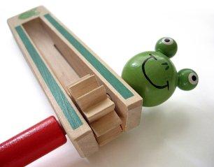 dřevěná hračka žába