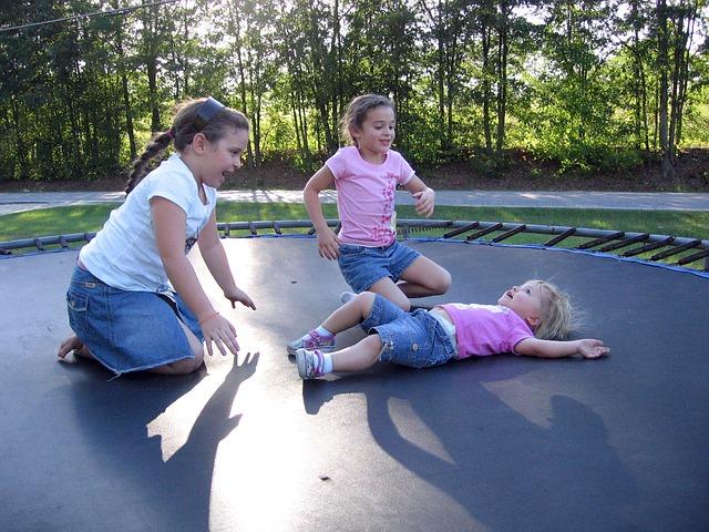 tři dívka na trampolíně.jpg