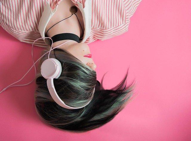 poslouchání ze sluchátek
