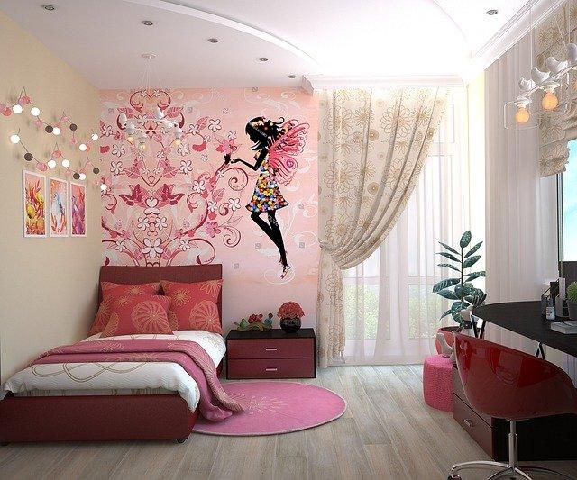 fialový dětský pokoj grafika na zdi postel