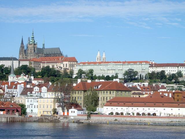 pohled z břehu Vltavy na Pražský hrad